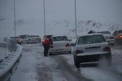 برف و کولاک برخی جاده های خراسان رضوی را مسدود کرد