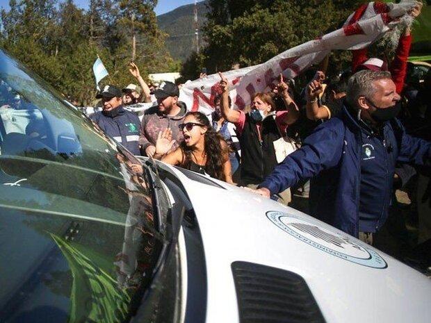 ارجنٹائن کے صدر کی گاڑی پر درجنوں مشتعل مظاہرین نے پتھراؤ کیا