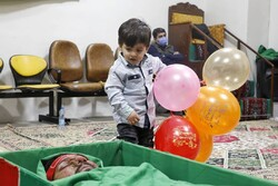 کودک دوساله بر بالین پدر شهیدش+فیلم