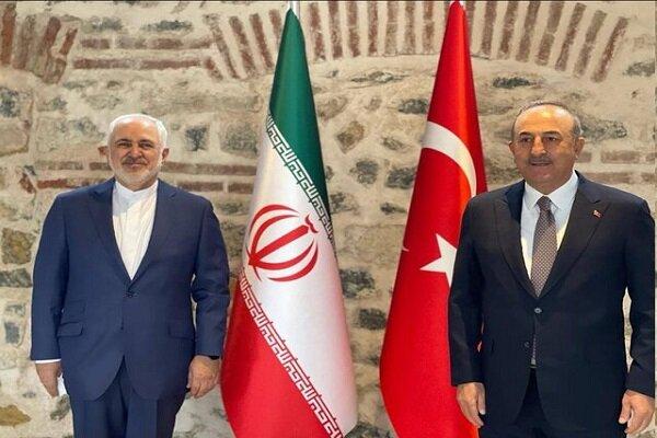 ظريف يبحث توطيد العلاقات بين ايران وتركيا مع اوغلو