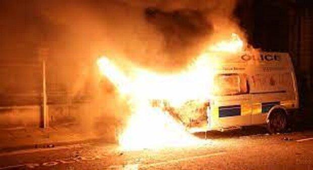 مظاهرات عنيفة في بریطانیا وإحراق سيارات