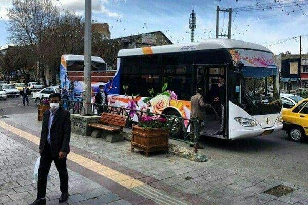 بازدید گردشگران از بناهای تاریخی ارومیه با اتوبوس گردشگری