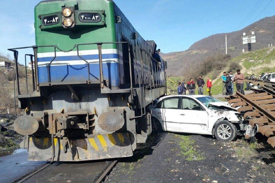 برخورد قطار با خودرو در شازند ۱ کشته و ۲ زخمی داشت