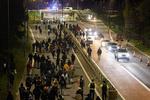 لندن میں افغان مظاہرین کا پاکستانی ہائی کمیشن پر حملہ