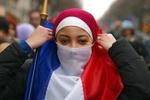 بازی دوگانه فرانسه با حقوق مسلمانان/ از تصویب قوانین ضد اسلامی تا محکومیت شعارنویسی