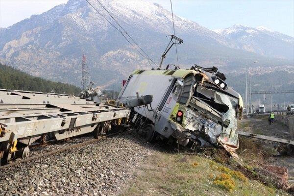 Türkiye'de iki tren çarpıştı: 2 yaralı