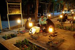 İran'da şehitler mezarlığında iftar sofrası