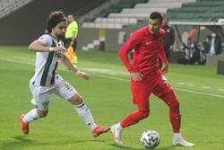 Futbolcular maçın 10. dakikasında sahada oruç açtı