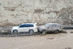 محور قدیم کاشان – نطنز دچار آبگرفتگی شد / نجات ۲۴ نفر از سیلاب