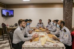 ناجیان مردم که شب و روز ندارند/ افطاری با آتش نشانان