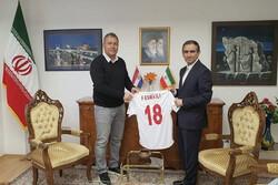 پیراهن تیم ملی فوتبال به سفیر ایران در کرواسی اهدا شد