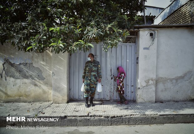توزیع غذا در محلات کمبرخوردار به مناسبت روز ارتش