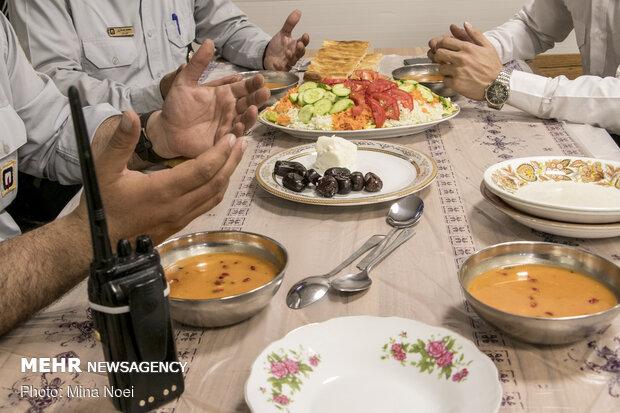 روزه خود را چگونه افطار کنیم/ توصیههای غذایی سحر