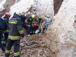 ۲ کارگر ۴۵ و ۵۰ ساله از زیرآوار ساختمان خیابان مسرور خارج شدند