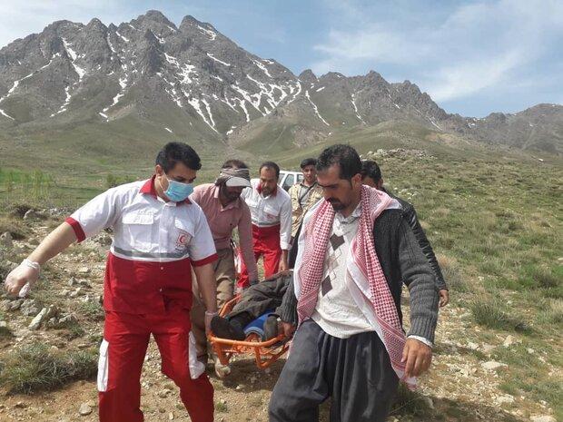 نجات چوپان حادثه دیده توسط نجاتگران هلال احمر در کوه پریشان قروه
