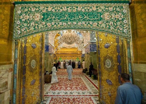 نصب پردههای دوخته شده توسط بانوان اصفهانی در حرم حضرت عباس(ع)