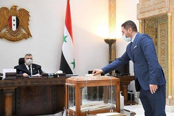 3751864 - عبدالله در کنار بشار اسد تاییدیه ۳۵ عضو پارلمان سوریه را کسب کرد