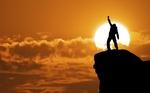 انسان آزاده اسیر دنیا نمی شود/انسان آزاد وقتی در مصاف با دشمنان قرار میگیرد شجاعانه مبارزه میکند
