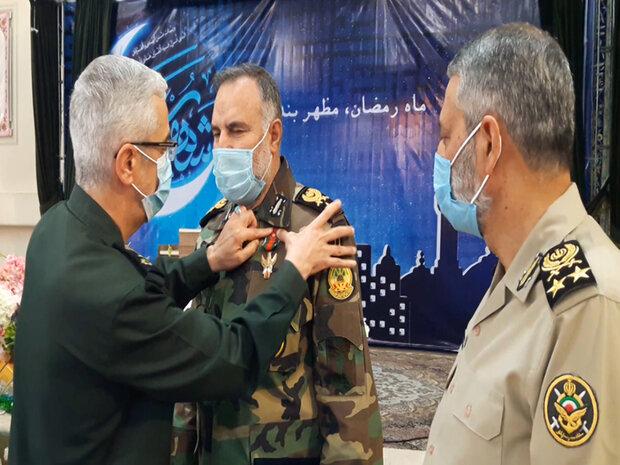 """منح وسام """"نصر"""" من الدرجة الاولى لقائد القوة البرية للجيش الإيراني"""