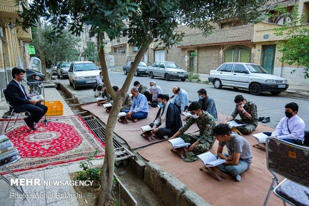 محفل قرآنی در کنار بیت شهیدان زارعی و روشنایی