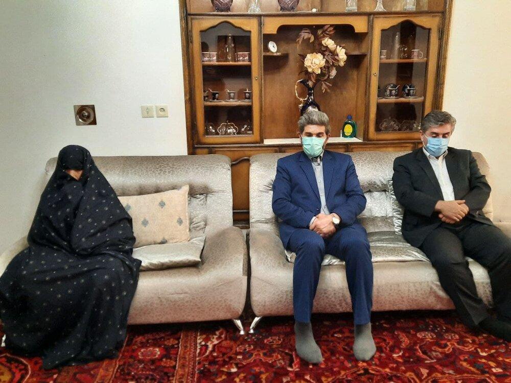 3753409 - اختصاص ۱۰۰۰ دوز واکسن کرونا برای واکسیناسیون والدین شهدای استان