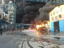 آتش سوزی در شهرک صنعتی شکوهیه قم/ ۲ آتش نشان مصدوم شدند