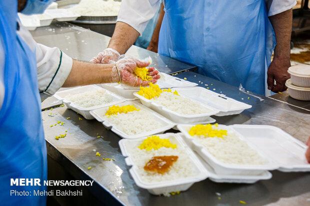 تدارک افطاری برای نیازمندان در مهمانسرای حرم حضرت معصومه(س)