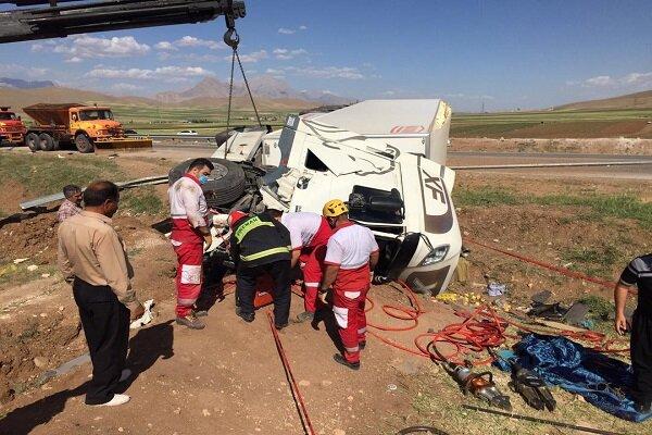 واژگونی تریلی و نجات راننده محبوس در آن در کرمانشاه
