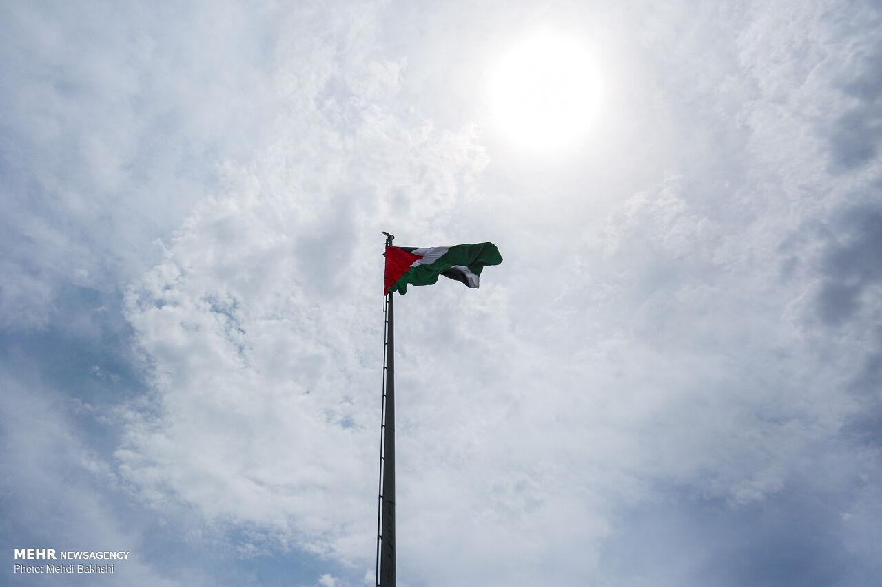 اهتزاز پرچم فلسطین در میدان روح الله قم
