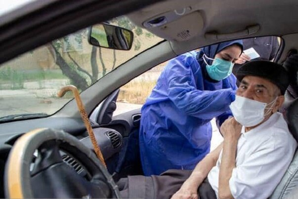 واکسیناسیون خودرویی سالمندان در مشهد / شهروندان همکاری کنند