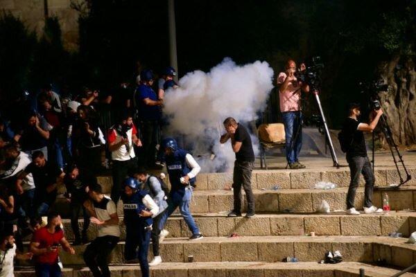 یورش وحشیانه صهیونیستها به فلسطینیان در قدس/ ۹۰ نفر زخمی شدند