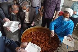 دانشجویان بجنوردی در روز آخر ماه رمضان ۱۵۰۰ غذای نذری توزیع کردند