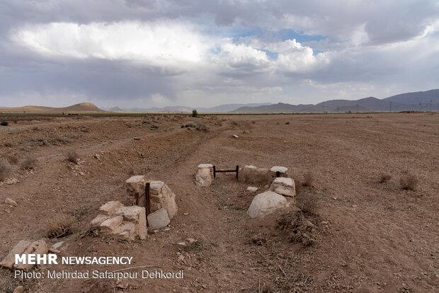 جوی هایی که روزی پر از آب بوده اکنون با خاک پر شده اند.