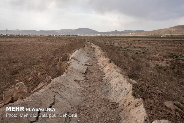 جوی های آب که در معرض نابودی است و حکایت از این دارد که آبی برای کشاورزان باقی نمانده است.