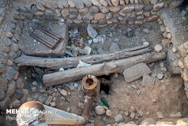 چاهی که در گذشته ۱۵ هکتار زمین را سیراب میکرده ولی امروز با عمق ۷۰ متر خالی از آب می باشد.