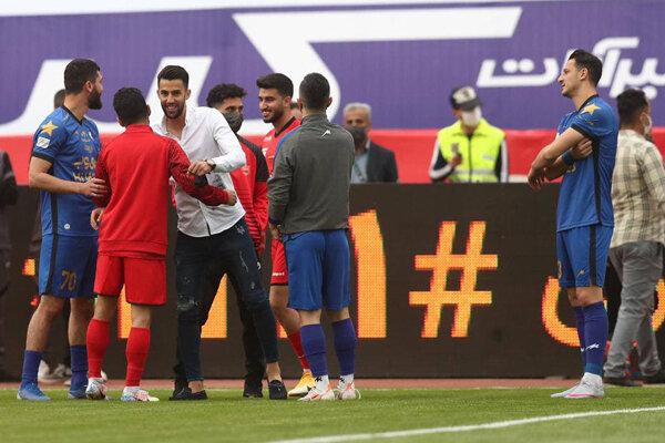 خوش و بش بازیکن جنجالی با همبازیان سابق/ مجیدی روی نیمکت پرسپولیس