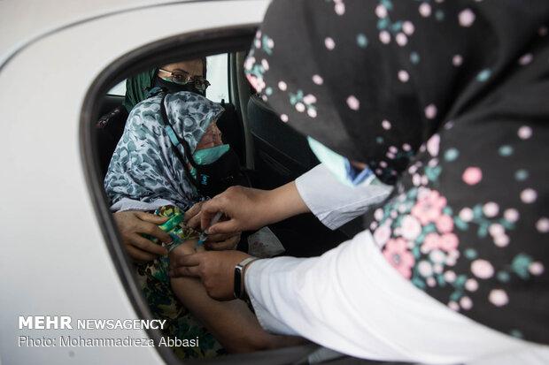 Vaccination of elderly in automobiles in Tehran