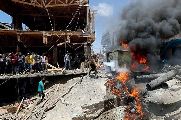 Gazze Şeridi'nde İsrail uçaklarının vurduğu bir fabrikada yangın