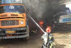 آتش سوزی در انبار کالا در اصفهان/۲ کامیون طعمه حریق شدند
