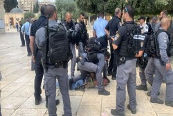 VIDEO: Zionists clash with Palestinian worshipers at Al-Aqsa