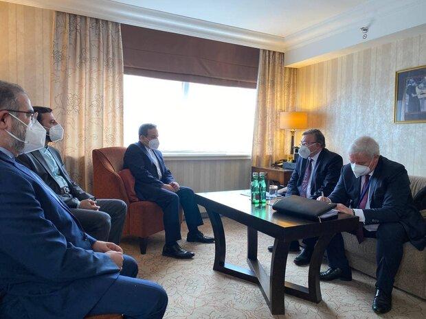 عراقجي يجري مباحثات مع انريكي مورا والوفد الروسي في فيينا