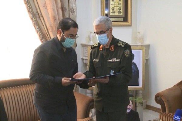 """اللواء باقري يقدّم قرار ترقية الشهيد """"حجازي"""" إلى عائلته"""