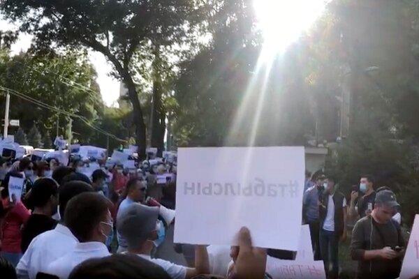 Kırgız vatandaşlardan Türkiye'nin Bişkek Büyükelçiliği önünde eylem