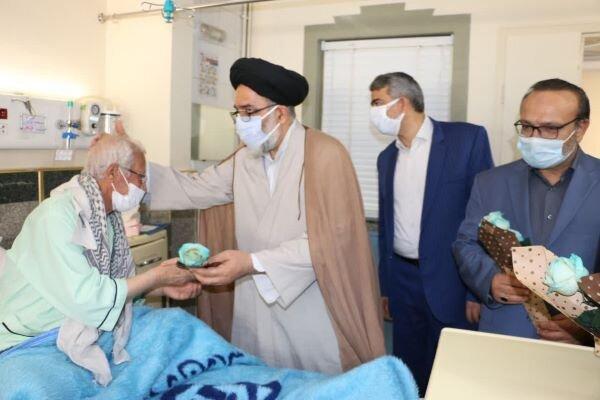 مراسم اهدای گل به بیماران بیمارستان شهدای ۱۵ خرداد برگزار شد