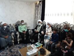 حضور مسئولان استان مرکزی در منزل شهید مدافع حرم سعید مجیدی