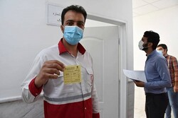 تزریق واکسن کرونا برای امدادگران هلال احمر در کرمانشاه آغاز شد
