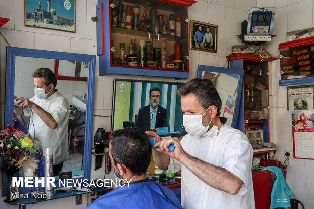 تماشای دومین مناظره انتخابات در حاشیه شهر تبریز