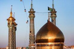 قم میں حضرت معصومہ (س) کے حرم مطہر کے گنبد کا پرچم تبدیل کردیا گیا