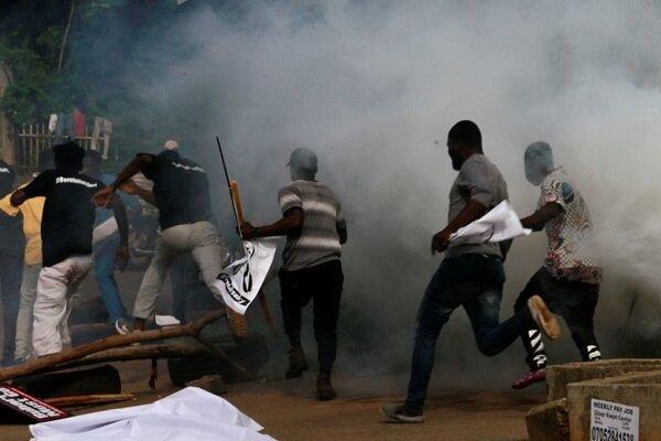شلیک گاز اشک آور به معترضین در تظاهرات ضددولتی در نیجریه