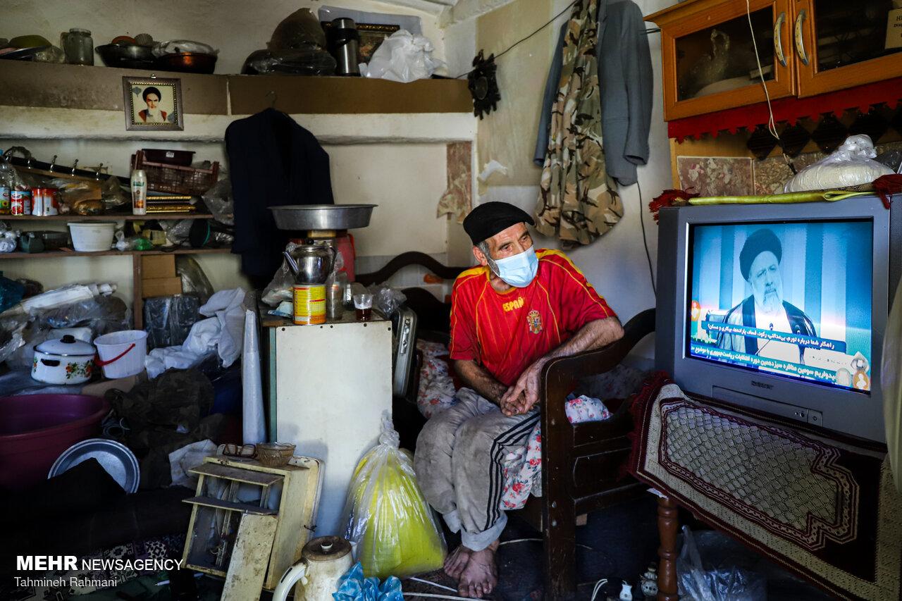 ایرانی عوام نے ٹی وی پر صدارتی امیدواروں کے  تیسرے مناظرے کا غور سے مشاہدہ کیا